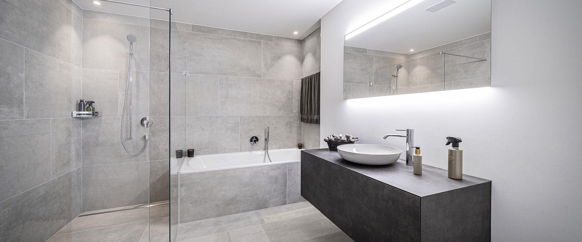 Modernes Badezimmer mit grauen Platten