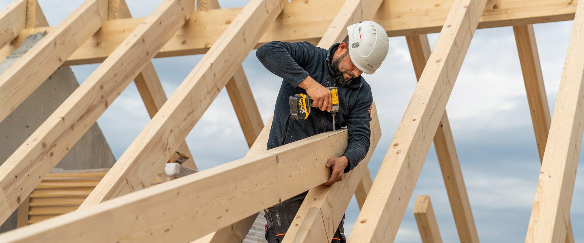 Holzbau Aufrichten eines Dachstuhls